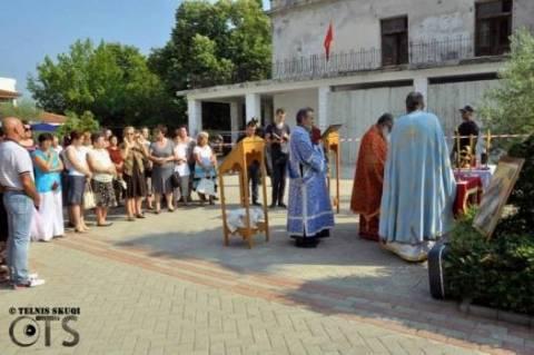 Πρεμετή: Λειτουργία στον προαύλιο χώρο, απτόητοι πιστοί και ιερείς