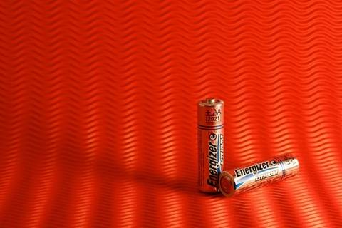 Ο πιο απλός τρόπος για να τσεκάρεις αν μια μπαταρία είναι άδεια
