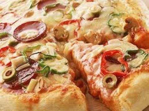Έπαθε ΣΟΚ όταν μέσα στην πίτσα του βρήκε μια ψημένη...
