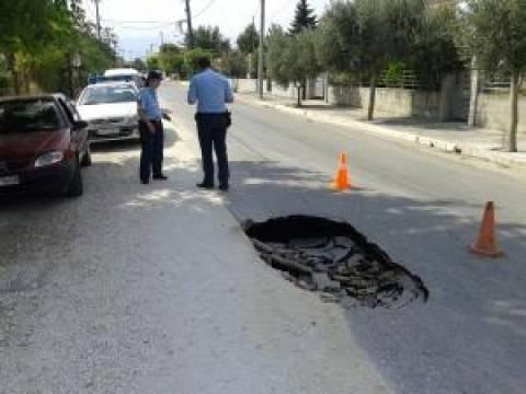 Απίστευτο: «Βούλιαξε» δρόμος στα Τρίκαλα (pics)