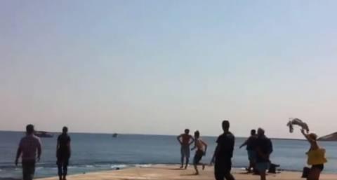 Απίστευτο βίντεο: Αποχαιρετισμός με βουτιά στο λιμάνι της Σικίνου