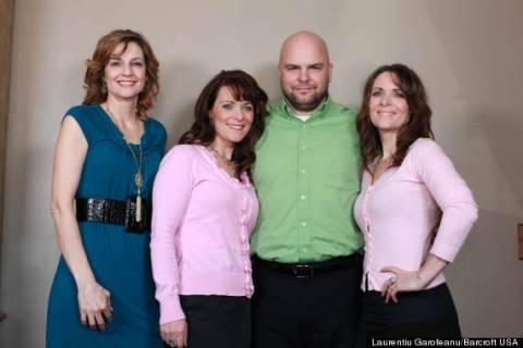 Aπίστευτο: Eίναι παντρεμένος με δίδυμες αδελφές και την ξαδέλφη τους