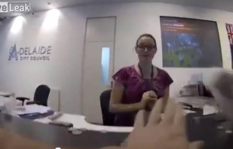 Βίντεο: Πλήρωσε κλήση 60 δολαρίων με...κέρματα