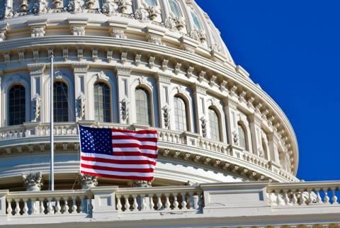 Εντολή για μεσίστιες σημαίες έδωσε μετά το μακελειό ο Μπαράκ Ομπάμα