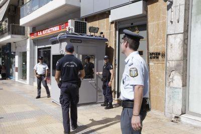 Έφοδος της αστυνομίας στα γραφεία της Χρυσής Αυγής (pics)