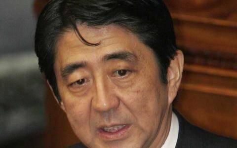 Ο Σίνζο Άμπε στον κατεστραμμένο πυρηνικό σταθμό της Φουκουσίμα