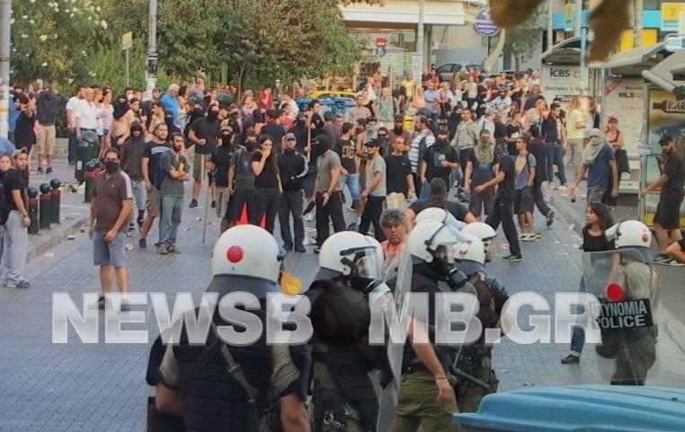 Αστυνομικός με πολιτικά δέχθηκε επίθεση και πυροβόλησε στον αέρα (vid)