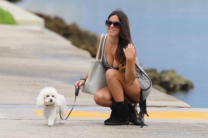 Απολαμβάνει την βόλτα με το… σκυλάκι της!