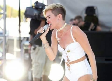 Η Miley Cyrus καταρρέει επί σκηνής με το στήθος έξω!