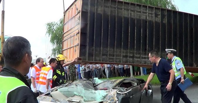 Κίνα: Κοντέινερ έπεσε στο αυτοκίνητό της και επέζησε (pics)