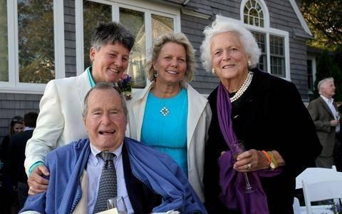 Μάρτυρας σε γάμο λεσβιών ο Τζορτζ Μπους