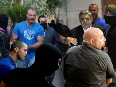 Με χειροπέδες στην Ευελπίδων οι συλληφθέντες της Χρυσής Αυγής