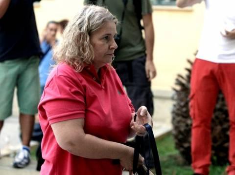 Η Ζαρούλια έφτυσε και πέταξε ποτήρι σε δημοσιογράφο (βίντεο)