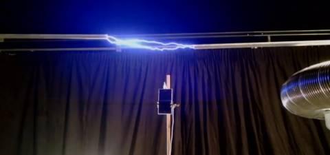 Φόρτιση κινητού μέσα από αστραπή (video)