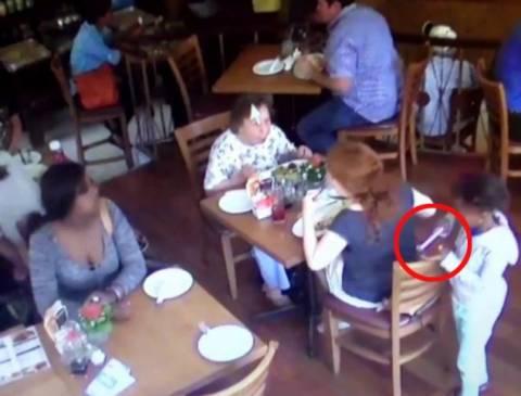 Βίντεο-Ντοκουμέντο: 7χρονη κλέβει κινητό από τσάντα σε καφετέρια