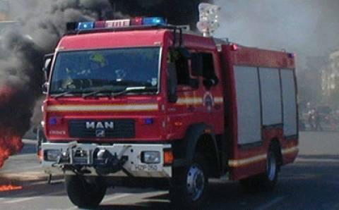 Υπό μερικό έλεγχο η φωτιά σε αποθήκη χαρτικών στο Μεταξουργείο