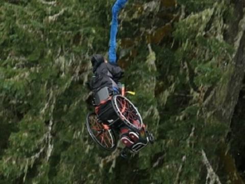 ΑΠΙΣΤΕΥΤΟ: Bungee jumping με αναπηρικό αμαξίδιο!