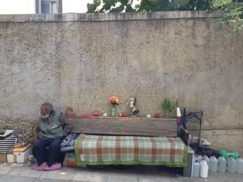 Μήνυμα ελπίδας και αισιοδοξίας από έναν άστεγο στο Κολωνάκι (pics)