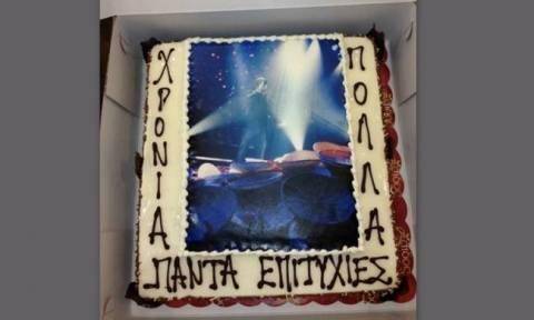 Ποιος τραγουδιστής έσβησε τα κεράκια αυτής της τούρτας;