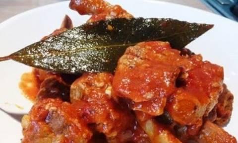 Συνταγή για λαχταριστό χοιρινό με κόκκινη σάλτσα!