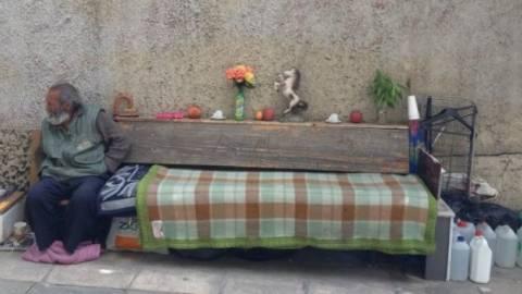 Μαθήματα αξιοπρέπειας: Ο νοικοκύρης άστεγος του... Κολωνακίου (photo)!