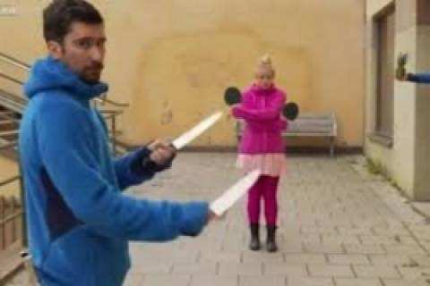 Βίντεο-ΣΟΚ: Παίζουν πινγκ-πονγκ με μαχαίρια αντί μπαλάκια