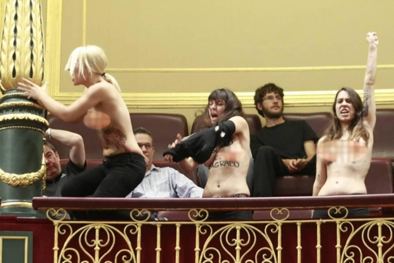 Ισπανία: Ακτιβίστριες της Femen γυμνές στη Βουλή (pics-vid)