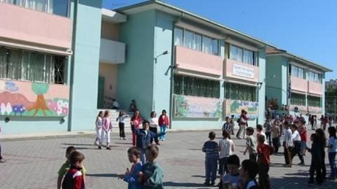 Ο σάτυρος, τα φιμέ τζάμια και η αυτοϊκανοποίηση έξω από το σχολείο