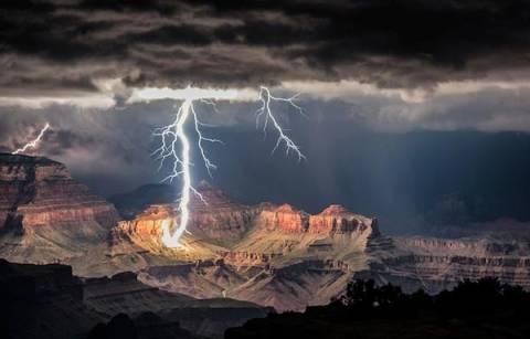 Εκπληκτικές φωτογραφίες από αστραπές στο Grand Canyon