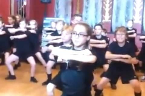 Βίντεο:Παίκτες του ράγκμπι χορεύουν και τρομάζουν μαθητές!