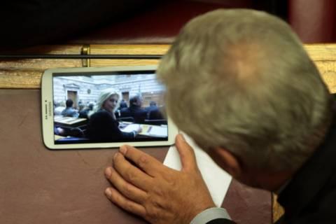 Βουλευτής θαύμαζε την Α. Καραμανλή στη διάρκεια συνεδρίασης