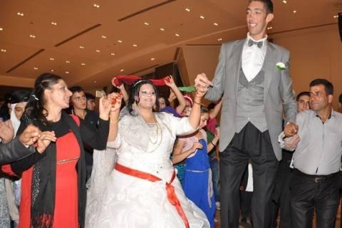 Γαμπρός ντύθηκε ο πιο ψηλός άνδρας του κόσμου.