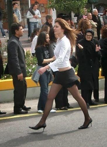 Επική γκριμάτσα γιαγιάς για το «ελαφρύ» ντύσιμο κοπέλας στην παρέλαση