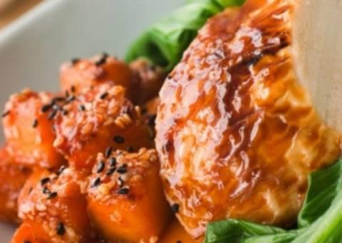 Λαχταριστό ρολό κοτόπουλο με σάλτσα και σουσάμι