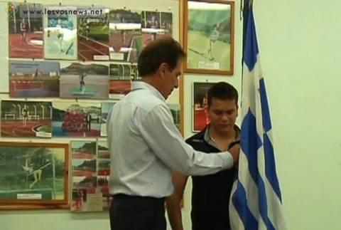 Συγκίνηση και θαυμασμός για τον σημαιοφόρο στη Μυτιλήνη