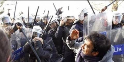 Τουρκία: Η αστυνομία με κλομπ που προκαλούν ηλεκτροσόκ