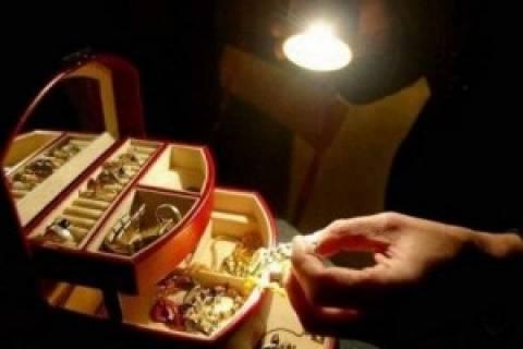 Απίστευτη κομπίνα: Διαβάστε πώς της απέσπασαν τα κοσμήματα