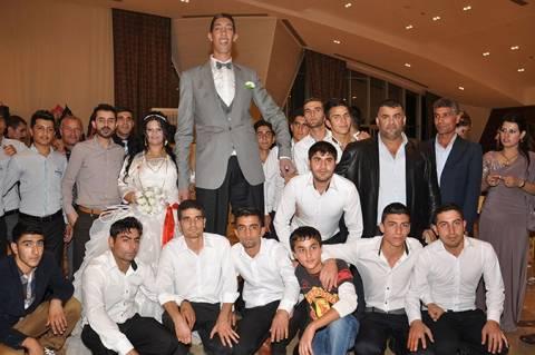 Παντρεύτηκε ο ψηλότερος άνθρωπος του κόσμου (pics/vid)