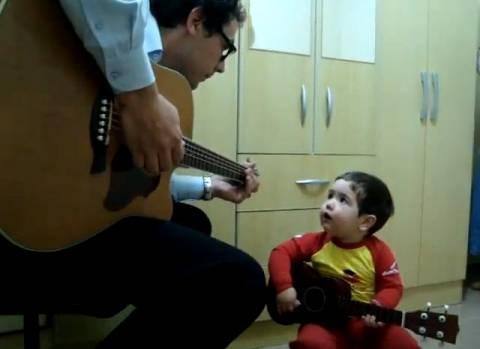 Εκπληκτικό βίντεο: Πατέρας και γιός τραγουδάνε Beatles