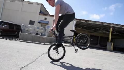Βίντεο: Απίθανα κόλπα με ποδήλατο