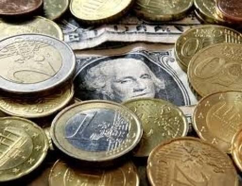 Στα 1,35 δολάρια υποχωρεί το ευρώ