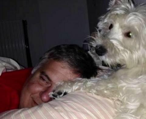 Ο Μουρούτης αγκαλιά με το σκύλο του στο κρεβάτι (φωτό)
