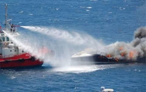 Πυρκαγιά σε σκάφος με έναν ελαφρά τραυματία