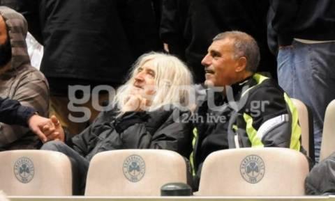 Νίκος Καρβέλας: Στο γήπεδο με φίλους του