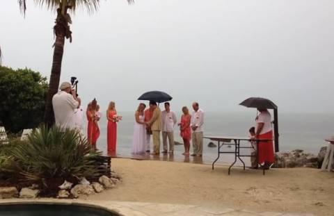 Ήθελαν να κάνουν τον γάμο τους στην παραλία αλλή την πάτησαν (βίντεο)