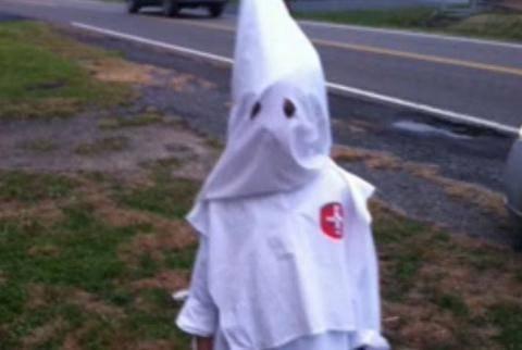 ΣΑΛΟΣ: Έντυσε τον 7χρονο γιο της με τη στολή της Κου Κλουξ Κλαν