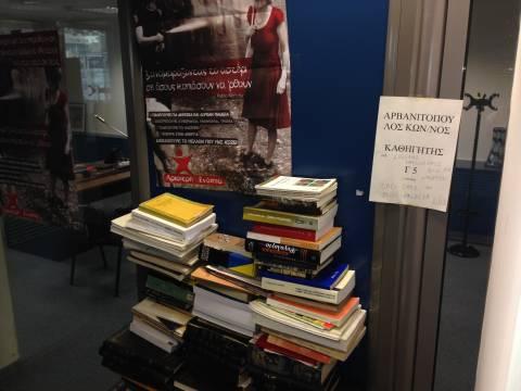 Φοιτητές «έχτισαν» το γραφείο του Αρβανιτόπουλου στο Πάντειο (vids)