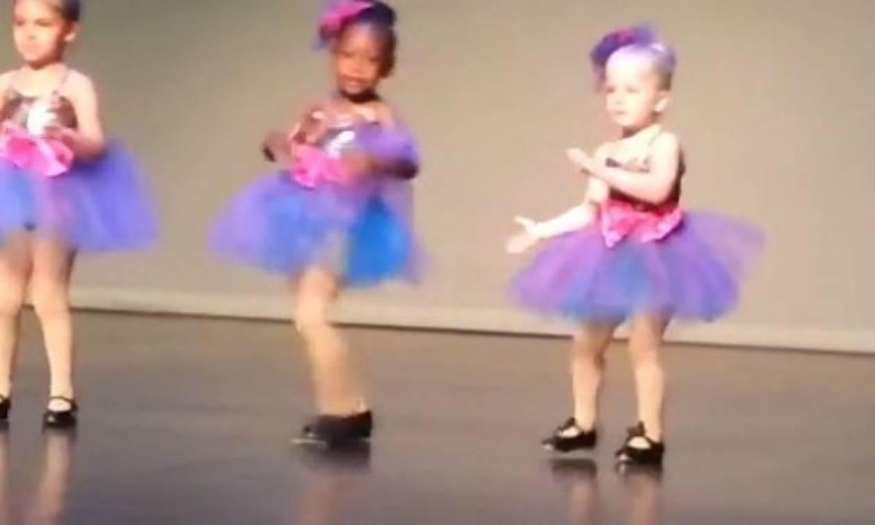 d09362421c8 Παράσταση χορού με μια ξεχωριστή μικρή μπαλαρίνα! (Βίντεο) - Newsbomb