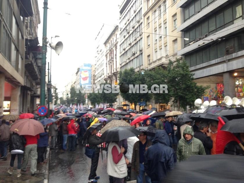 ΤΩΡΑ: 5.000 μέλη του ΠΑΜΕ - υπό βροχή - στην Ομόνοια (pics)