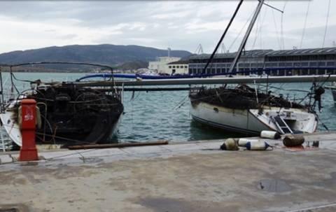Στις φλόγες δύο ιστιοφόρα στο λιμάνι του Βόλου